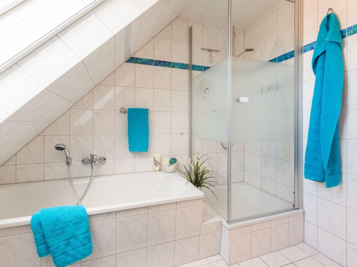tageslichtbad-mit-dusche-und-wanne